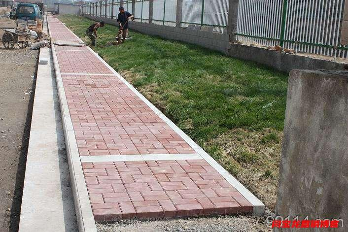 西安任昊和建材分享城市道路透水砖遇强酸强碱质量不会变
